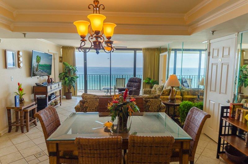 L'élégante table à manger peut accueillir six personnes avec beaucoup d'espace. Et il y a une bibliothèque de livres sur la plage au cas où vous finissez le livre que vous avez apporté à lire à la plage, prenez-en un à notre goût et profitez-en!