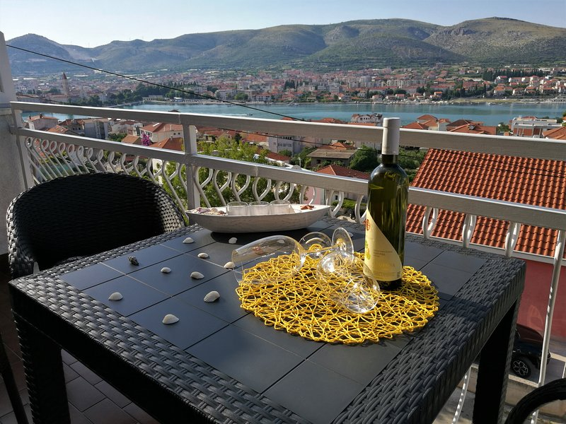 Apartments with sea view Trogir, 600m.from center – semesterbostad i Trogir