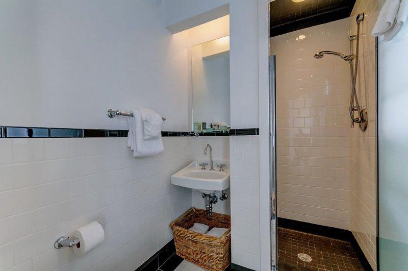 Sala de baño Sirviendo Habitación con dos camas
