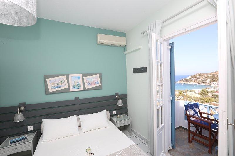Kini Bay Studio with Balcony & Seas View No6, location de vacances à Ano Siros