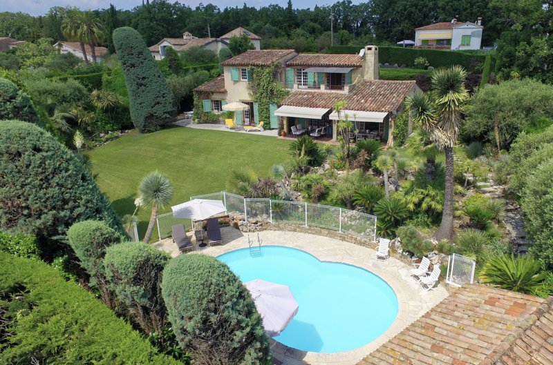 Luxurious Villa Close to centre Valbonne, Ferienwohnung in Valbonne