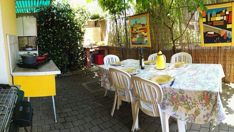 espace repas extérieur avec cuisine entièrement équipée