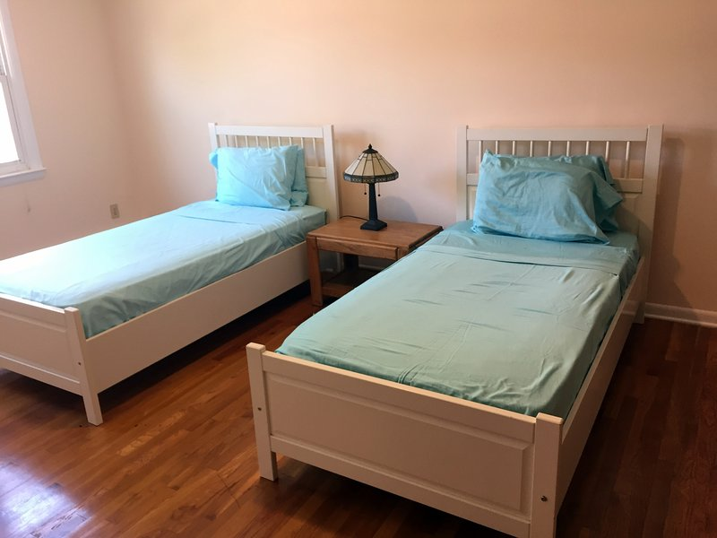 Renovated 2 BR/1BA apt, 20 min to NYC by PATH, holiday rental in Hillside