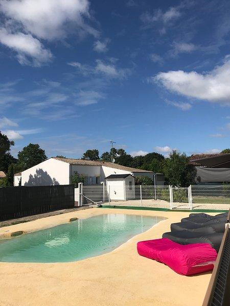 Spacious house with pool access, location de vacances à Arvert