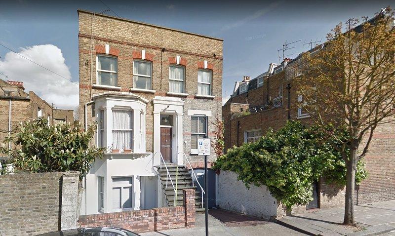 , Individual, edificio de dos guapo piso; Apartamento es uno de sólo tres.