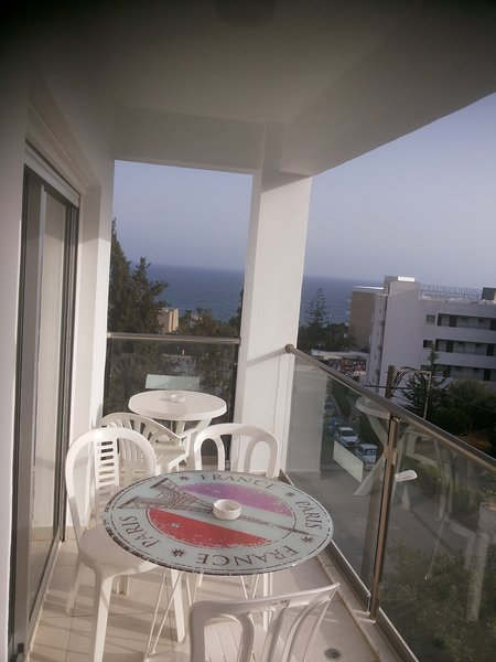 3 Bedroom Apt with Sea View near Four Seasons Hotel, holiday rental in Finikaria
