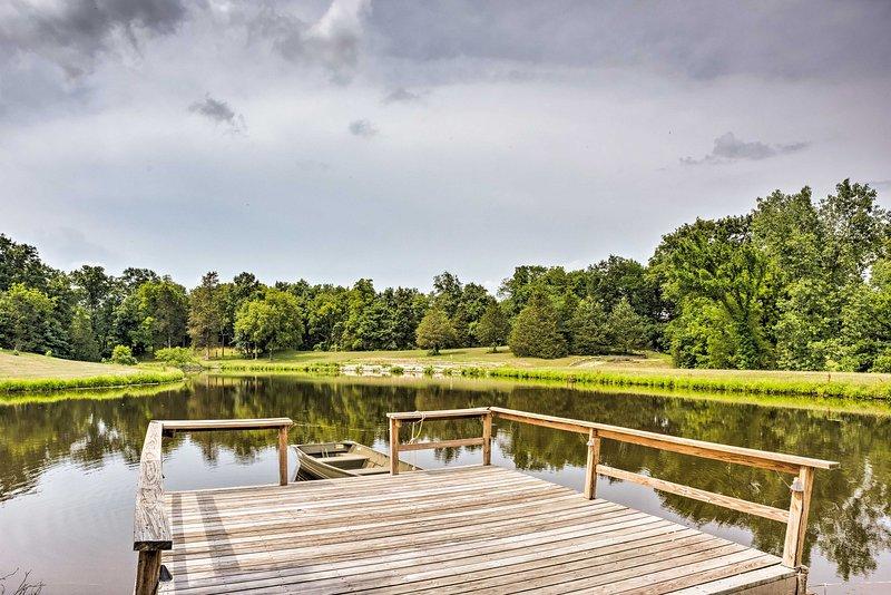 De accommodatie met 1 slaapkamer en 1 badkamer bevindt zich op een boerderij met een vijver en een zwembad.