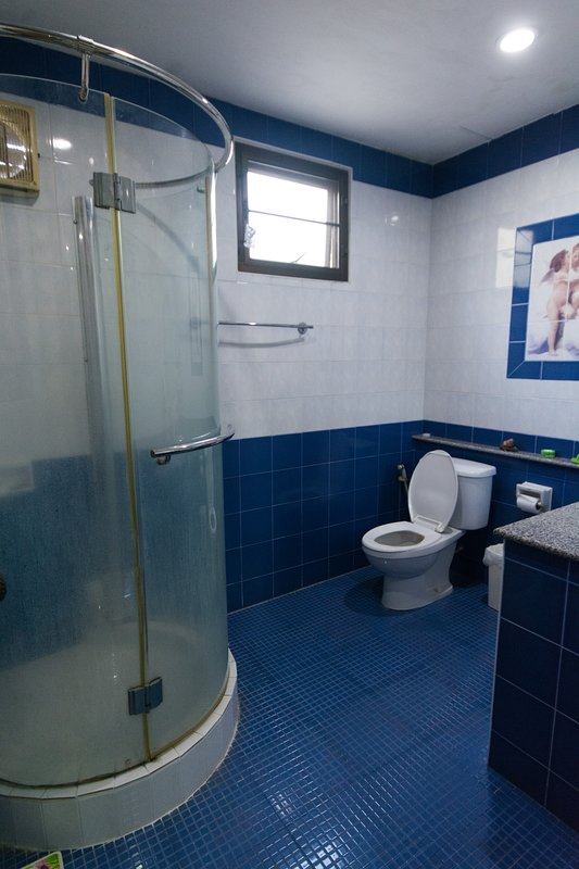 Downstairs badrum med dusch handfat och toalett