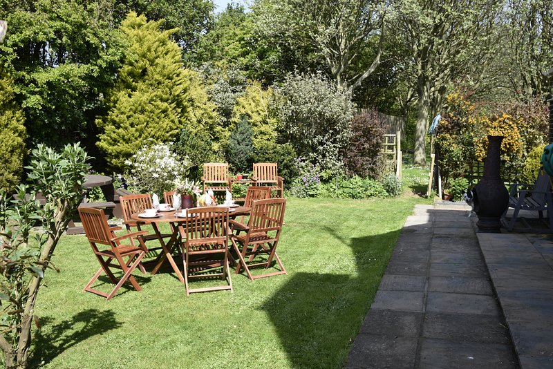 asegurar jardín cerrado, con una gran variedad de arbustos y árboles