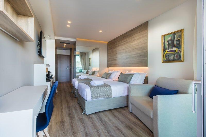 Elegant Quad Room ~ Oniros Residences, location de vacances à Malaxa