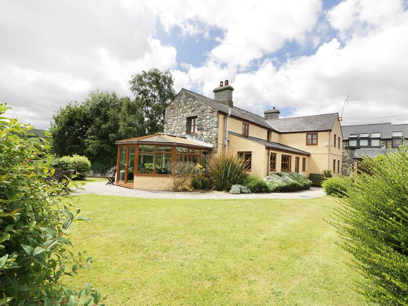 DDOL HELYG FARMHOUSE, pet friendly, character holiday cottage, with a garden in, holiday rental in Cwm-y-Glo