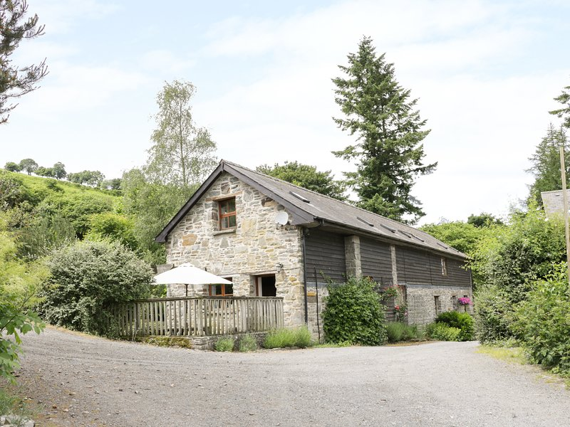 TRACTOR SHED, wood-fired hot tub, pet-friendly, barn conversion, Knighton, Ref, holiday rental in Dulas