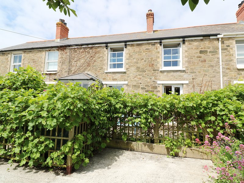 MELLOW COTTAGE, terrace garden, off road parking, coastal, in Perranporth, Ref, holiday rental in Bolingey
