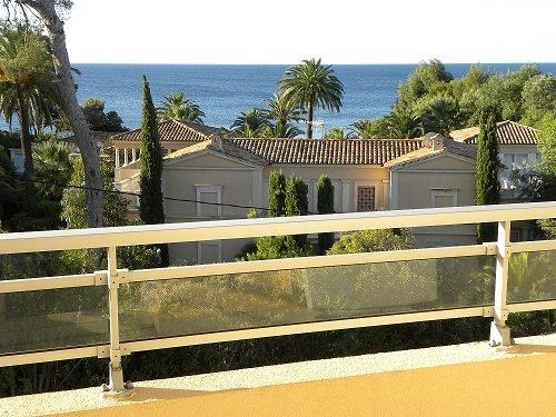 Blick von der Terrasse und aus dem Innern der Wohnung