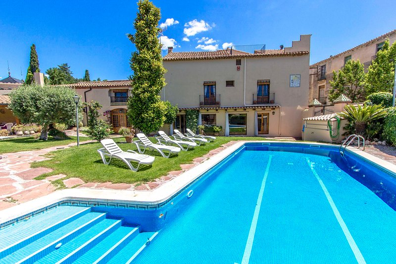 Catalunya Casas: Elegant villa in Castellar, 35 km to beaches and Barcelona!, vacation rental in Castellar del Valles