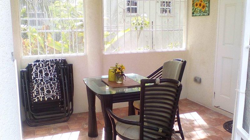Patio qui donne sur le jardin. Des chaises longues sont prévues pour la baignade de détente ou de soleil sur la pelouse