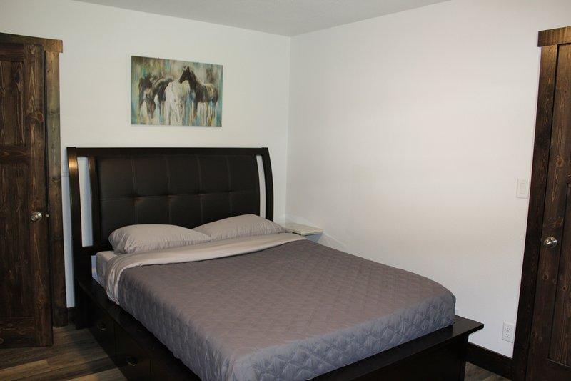 Dormitorio 1: Queen con walk-in closet