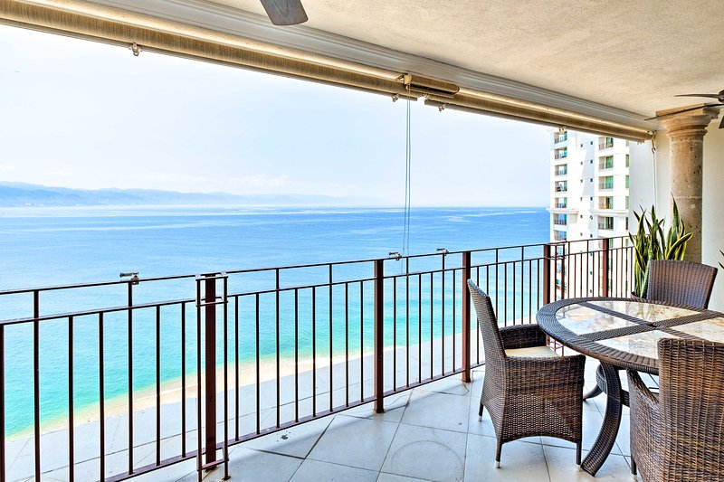 This private condo offers 8 guests amazing views.