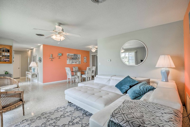 Cozy Ormond Beach House w/Deck - Walk to the Beach, holiday rental in Ormond-by-the-Sea