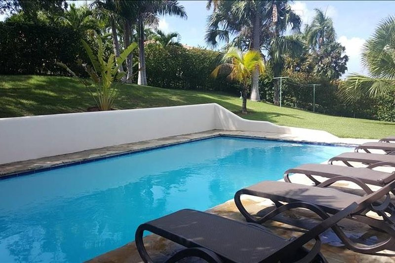 área de piscina com lindo jardim