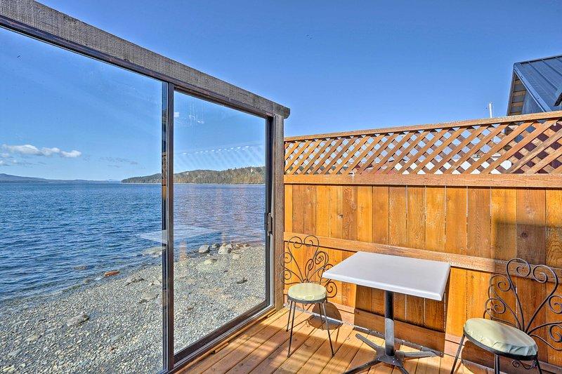 Laat je meeslepen in uitzicht over het water in deze Sointula vakantiewoning studio!