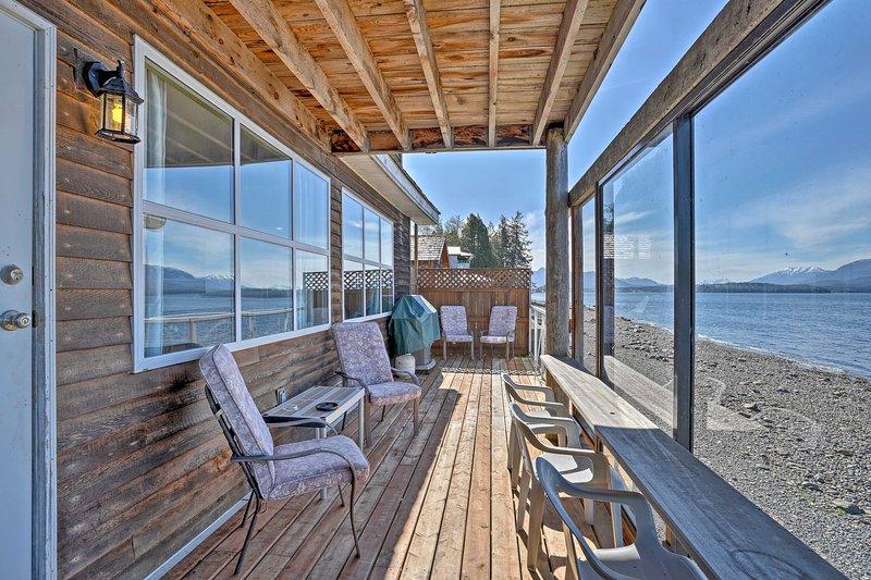 Neem in het prachtige uitzicht op de baai vanaf uw eigen gemeubileerde veranda!