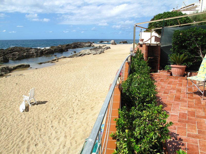LARGE TERRACE of VILLA cantilevered on the beach and in front of natural rocks PISCINE marine