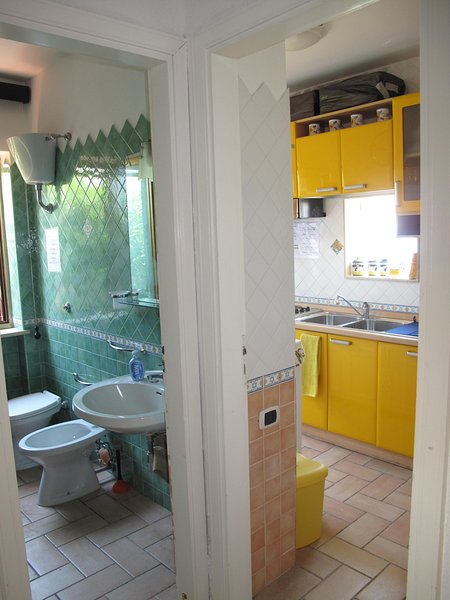 LACKING FOR ACCESS FROM THE STAY TO THE BATHROOM-SHOWER AND KITCHEN