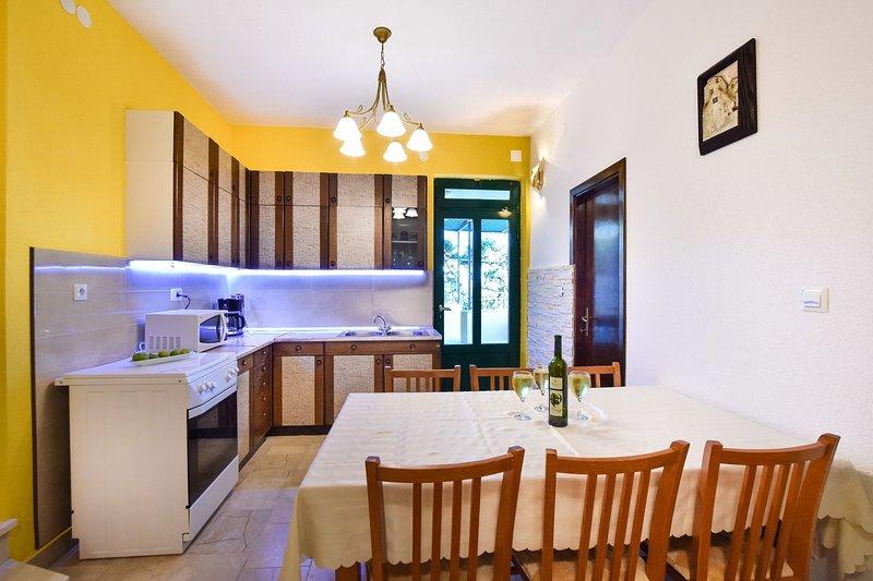 Rogač(5+1): kitchen and dining room