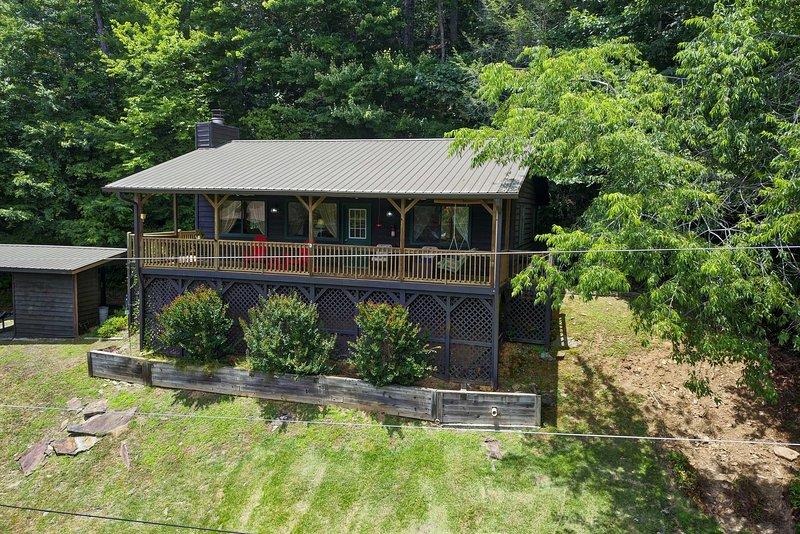 Cette location de vacances cabine est située à Murphy sur les rives de Nottely River.