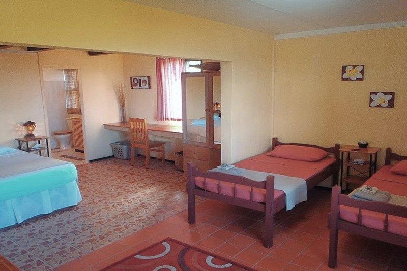 Quarto Familiar com casa de banho, mais duas camas de solteiro e berço. (Acomoda 5)