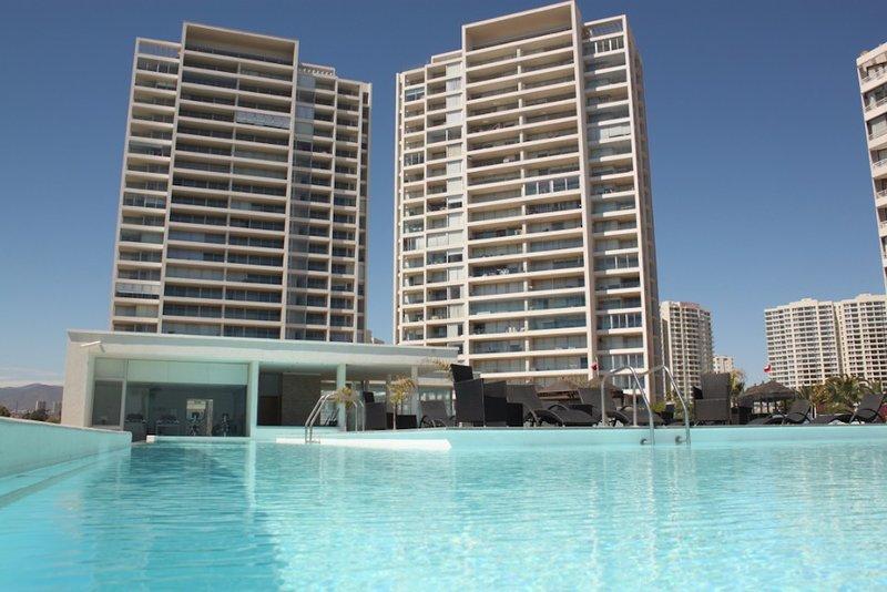 piscine à débordement, piscine chauffée, un sauna, un hammam et des chaises longues.