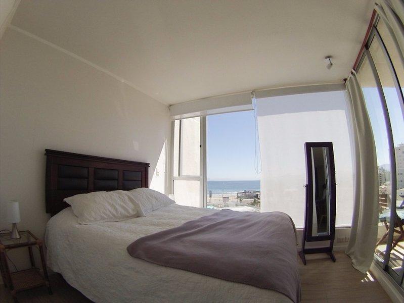 Grote slaapkamer met uitzicht op de oceaan.