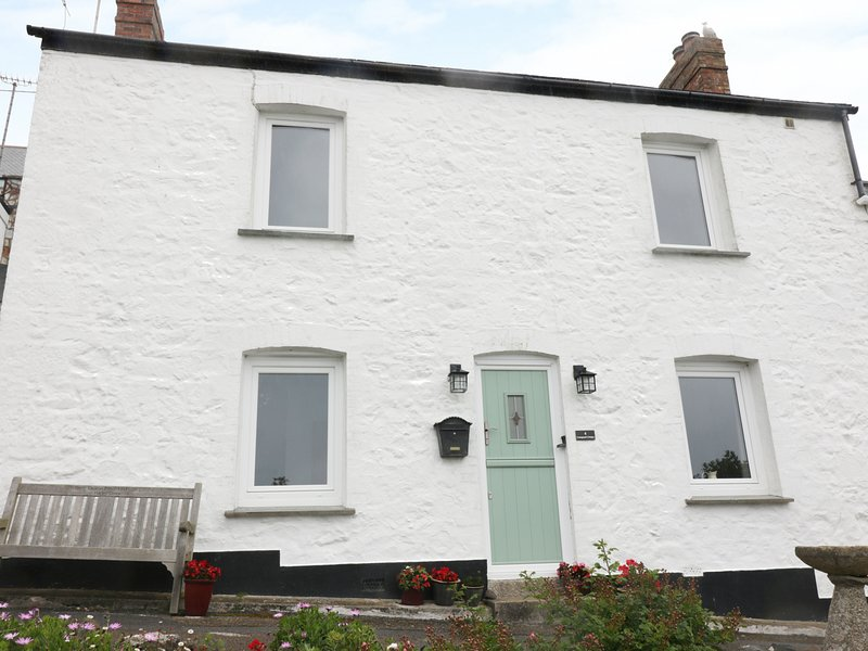 4 COASTGUARD COTTAGES, family holiday home, over three floors, woodburner, vacation rental in Coverack
