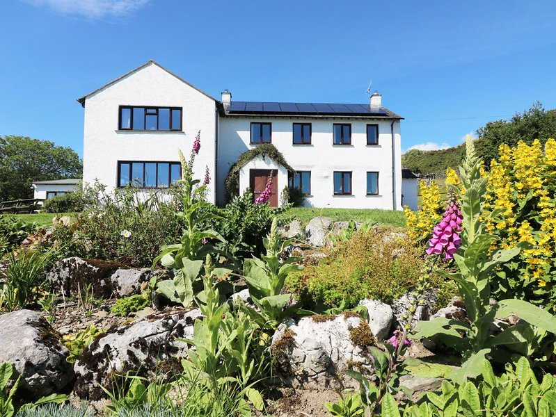 GHYLL BANK HOUSE, pet friendly, country holiday cottage, with a garden in – semesterbostad i Kendal