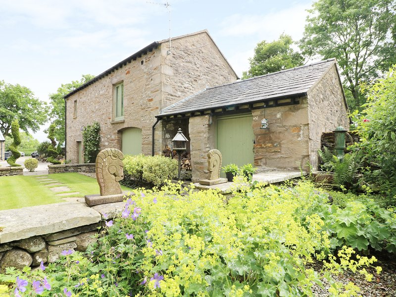 PICKLE BARN, family friendly, luxury holiday cottage, with a garden in Hutton, holiday rental in Holme