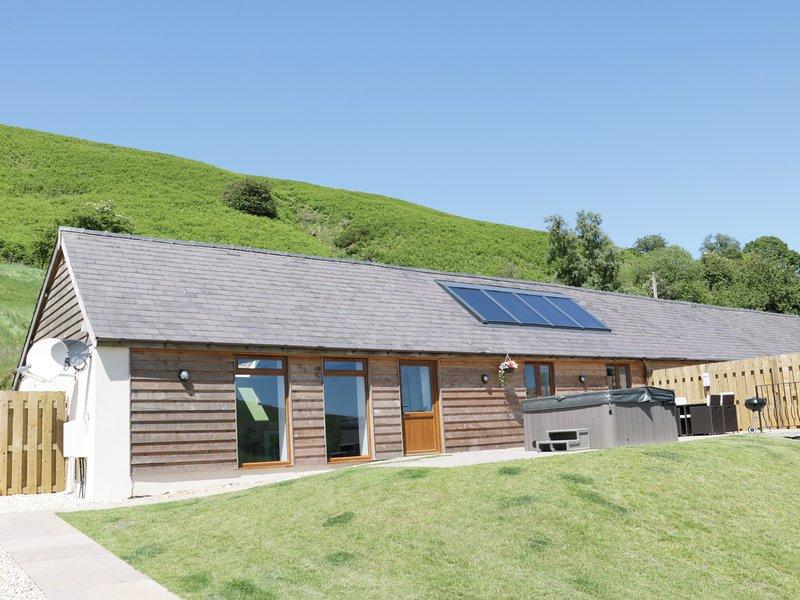 NO 1 BEACON VIEW BARN, open plan living, hot tub, countryside views, Ref 965450, holiday rental in Dulas