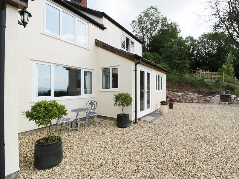 VIEW COTTAGE, detached, multi-fuel stove, near Llandrinio, Ref 955436, holiday rental in Pant