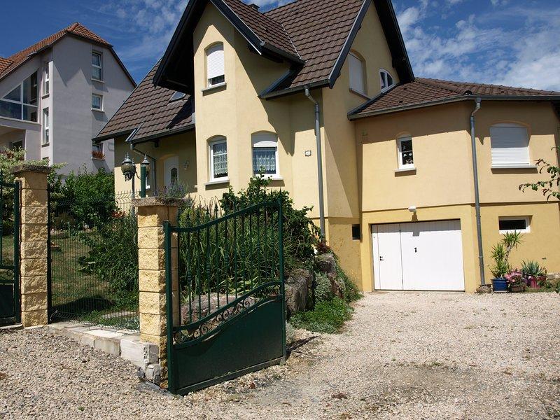 Appartement avec une entrée individuelle de 73 M2 et mitoyenne à la maison., vacation rental in Mooslargue