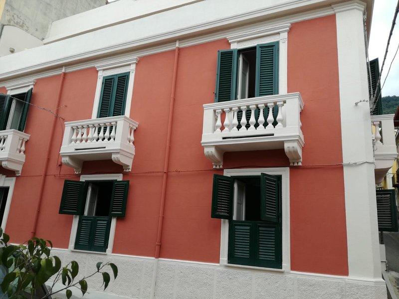 Elegante palazzotto indipendente, strutturato su tre piani/8 posti letto., vacation rental in Favazzina
