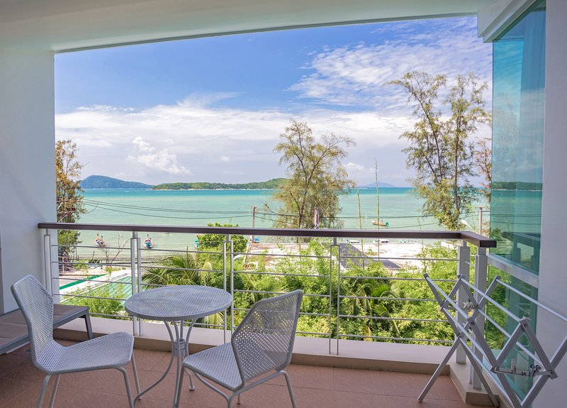 Oceanfront Premier Two-Bedroom Suite ~ Rawai Beach, casa vacanza a Ko He