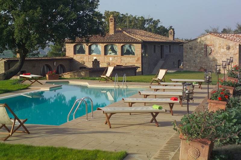 Villa with Pool in Monticchiello,Aircon,Garden,Barbecue,Table Tennis,sleeps 14, vacation rental in Monticchiello