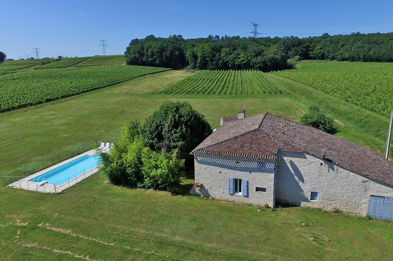 Mauberts farmhouse overlooking the vines, vacation rental in Saint-Andre-et-Appelles