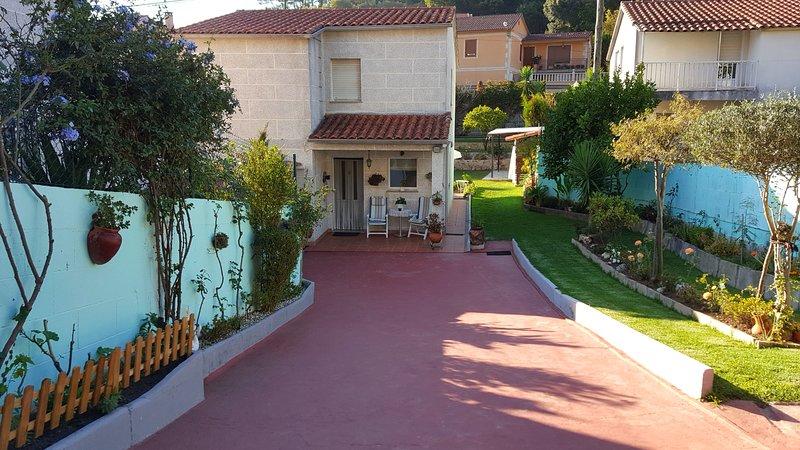 Spacious house with garden & Wifi, casa vacanza a O Rosal