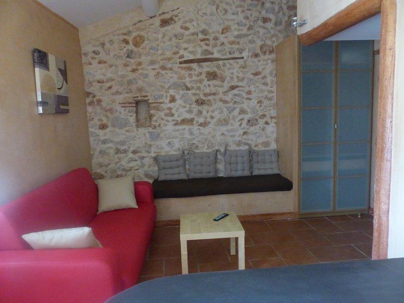 Studio dans mas provençal du 18ème, décoration soignée, au calme, location de vacances à Évenos