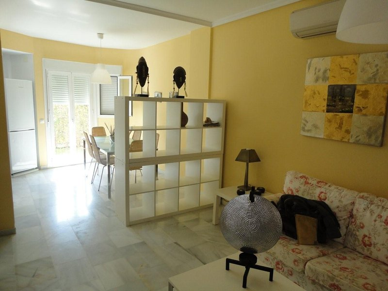 Spacious house with shared pool, vacation rental in Chipiona
