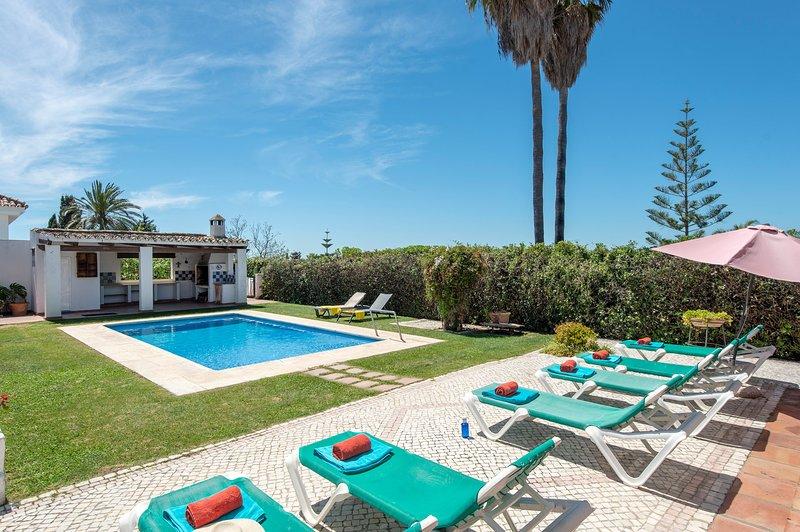 Villa Los Sauces - Piscina estilo playa climatizada, alquiler de vacaciones en San Pedro de Alcántara