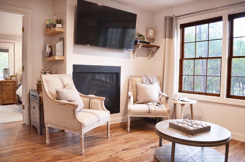 Venite a soggiornare nella nostra cabina caratteristico ristrutturato nel giusto woods- a midtown! Passeggiata a tutto!