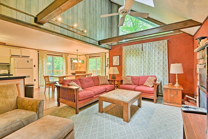 Arrowhead Lake Cabin w/Fire Pit & Furnished Deck!, holiday rental in Bear Creek