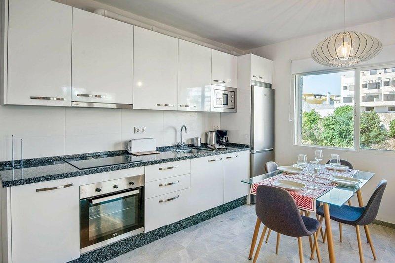 cucina completa di forno, forno a microonde e frigorifero / congelatore combinato